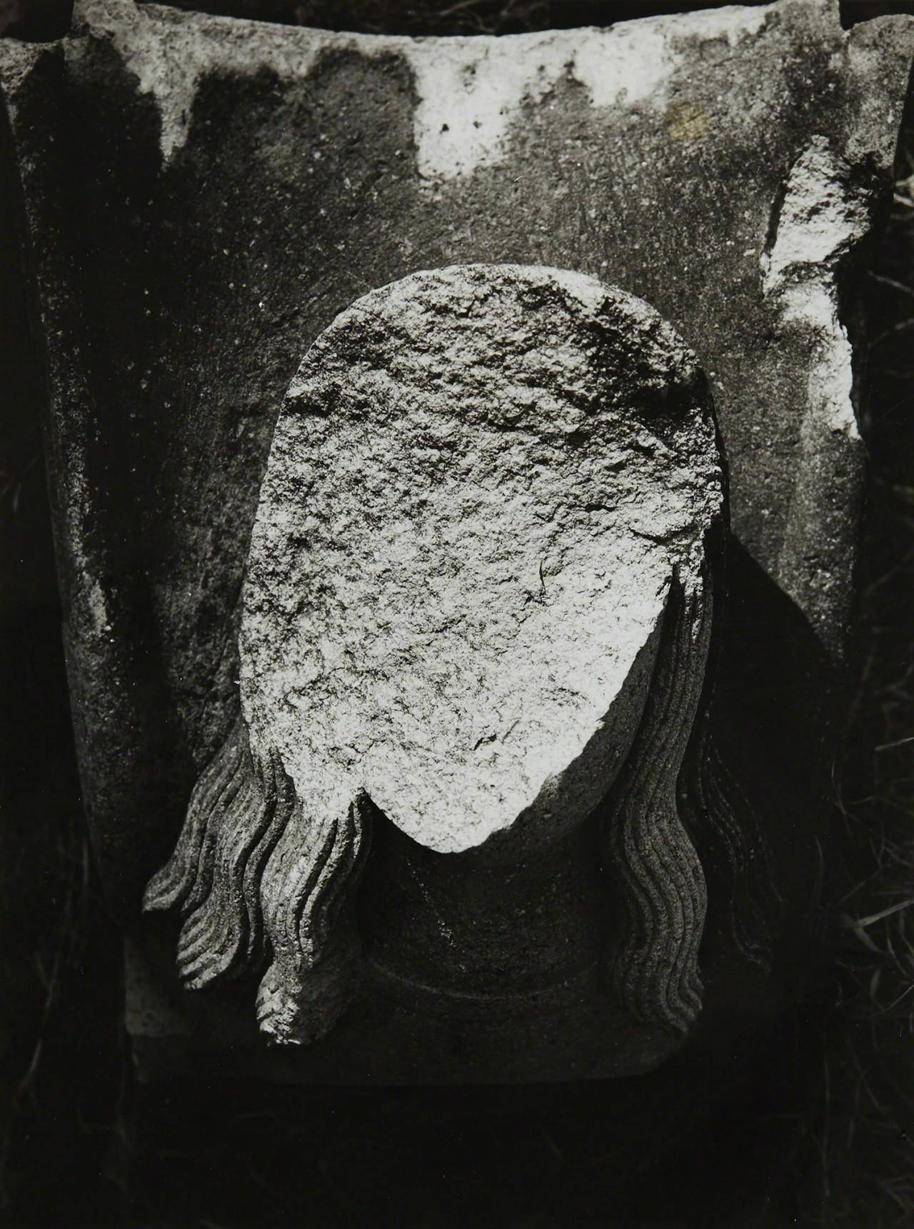 Ангел, разбитый атомной бомбой в соборе Ураками, Нагасаки, 1961. Фотограф Сёмэй Томацу