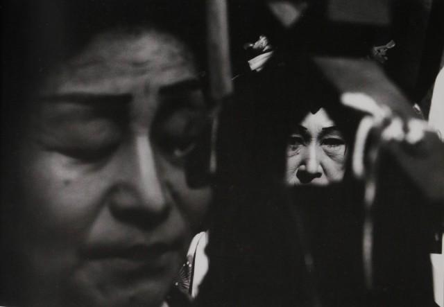 Чиндонский уличный музыкант, 1961. Фотограф Сёмэй Томацу
