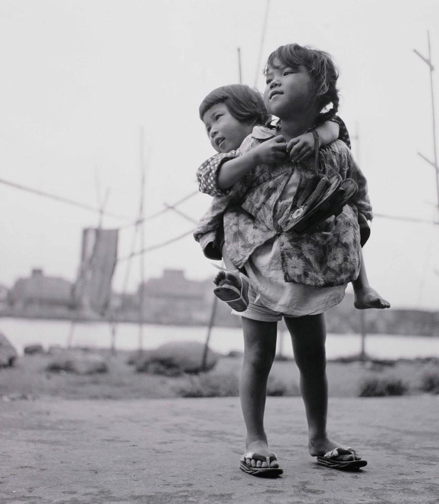 Сестры, Цукудадзима, Токио, 1955. Фотограф Сёмэй Томацу