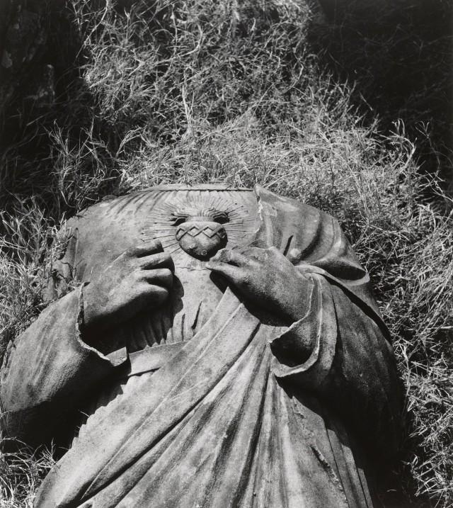 Статуя Христа в католическом соборе Ураками Теншудо, Нагасаки, 1961. Фотограф Сёмэй Томацу