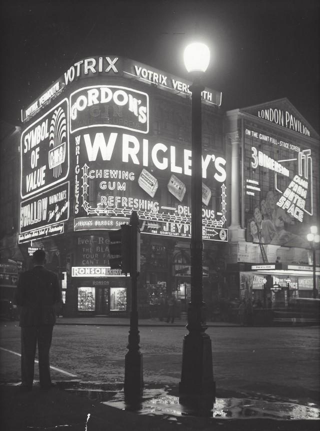 Площадь Пикадилли, Лондон, начало 1960-х. Фотограф Кис Шерер
