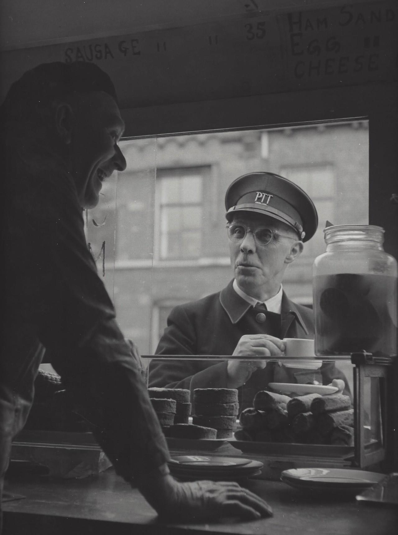 У почтальона перерыв, Амстердам, 1950-е. Фотограф Кис Шерер