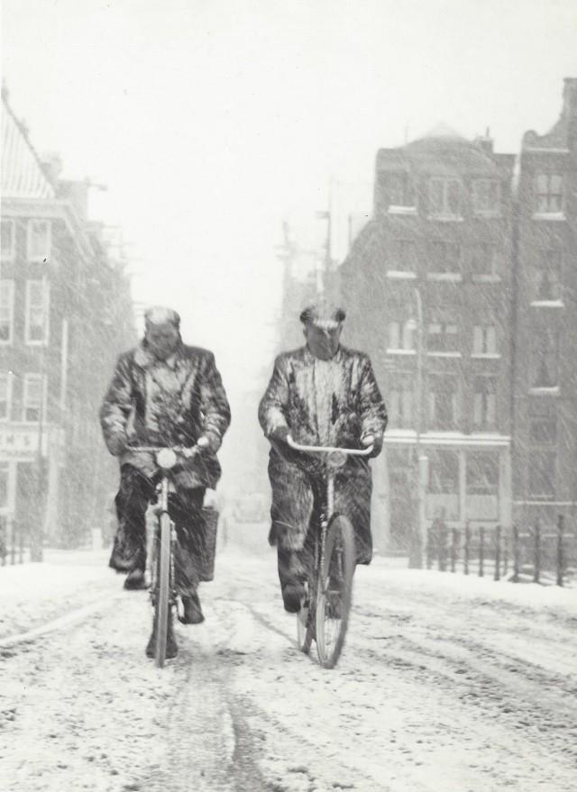 Два велосипедиста в Амстердаме, 1950-е. Фотограф Кис Шерер
