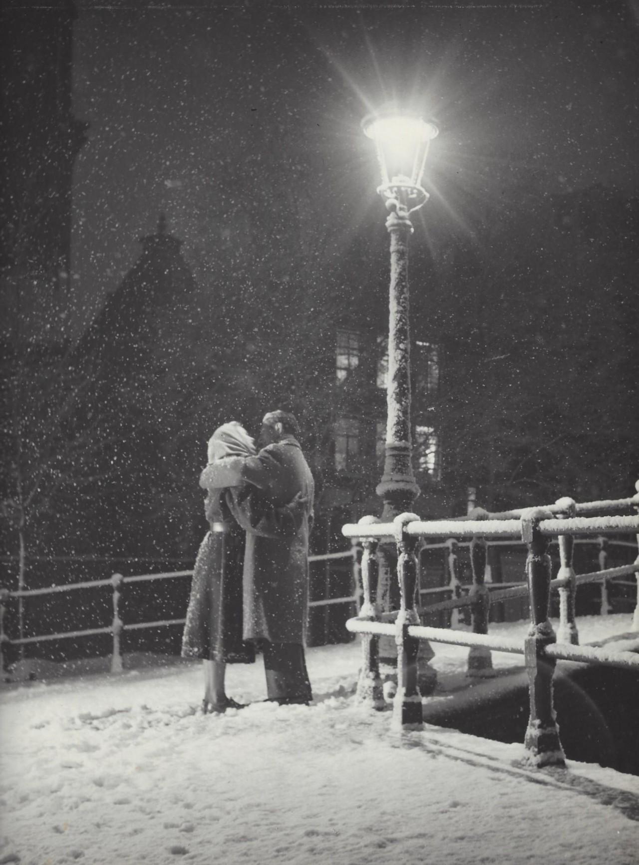 Любовь и снег, Амстердам, 1950-е. Фотограф Кис Шерер
