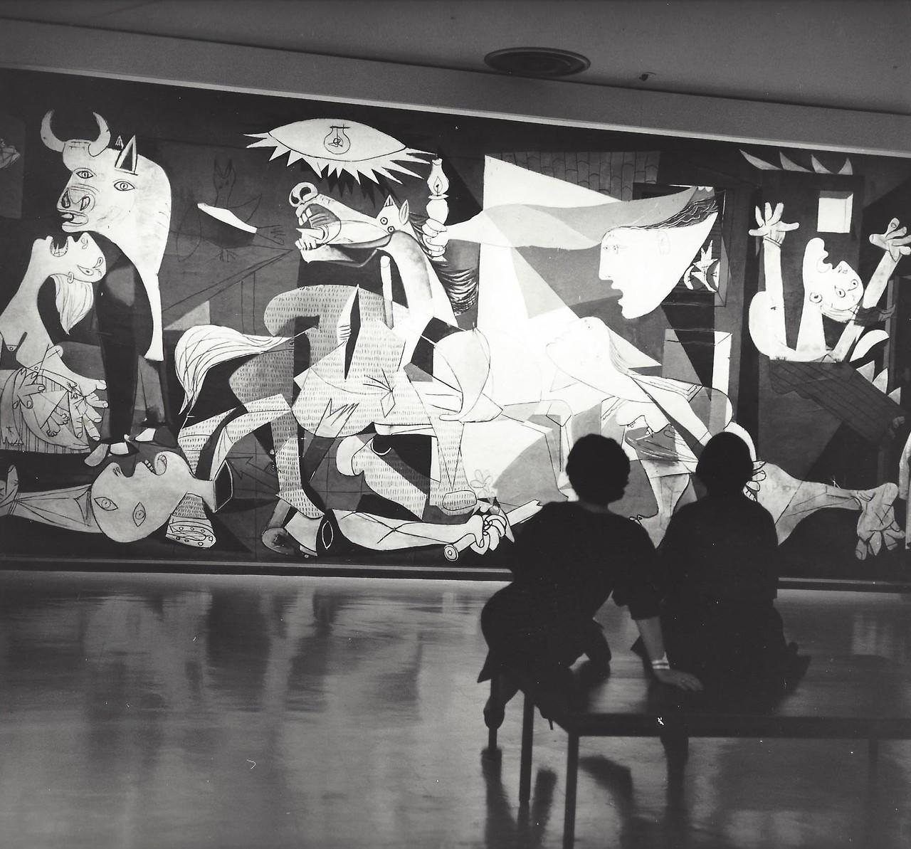 Перед картиной «Герника» Пабло Пикассо в Музее современного искусства на Манхеттене, 1959. Фотограф Кис Шерер