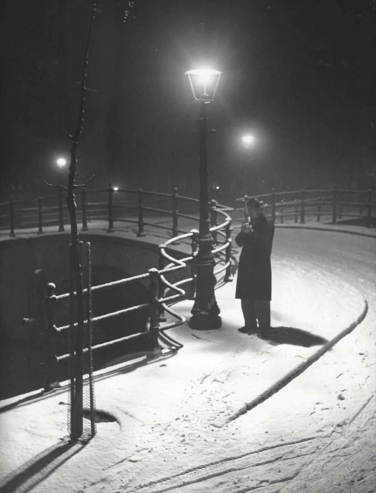 Человек под фонарём, Амстердам, 1950-е. Фотограф Кис Шерер