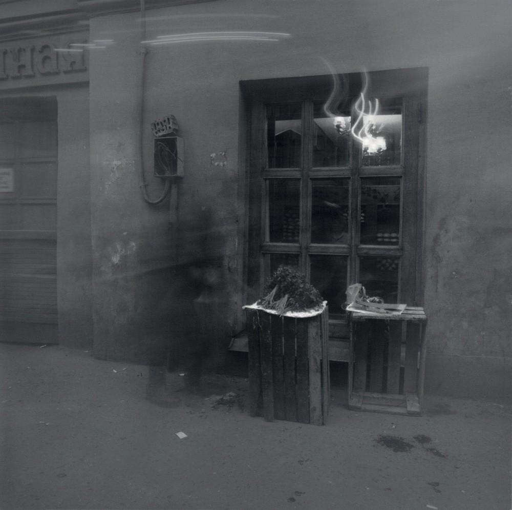 Пенсионерка продаёт петрушку, 1992. Санкт-Петербург. Фотограф Алексей Титаренко