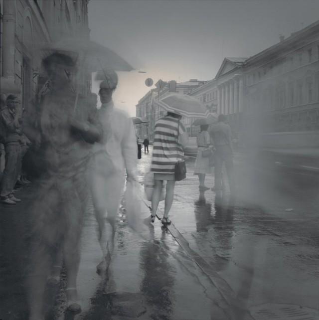 Женщина с зонтиком, 1995. Чёрно-белая магия Санкт-Петербурга.  Фотограф Алексей Титаренко