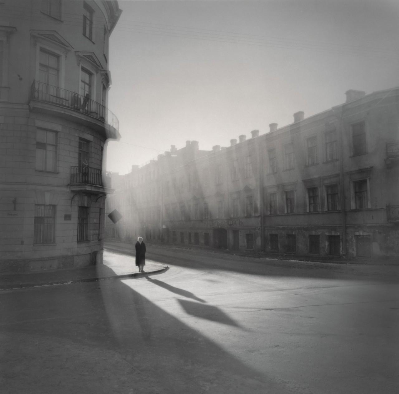 Женщина на углу, 1995. Чёрно-белая магия Санкт-Петербурга.  Фотограф Алексей Титаренко