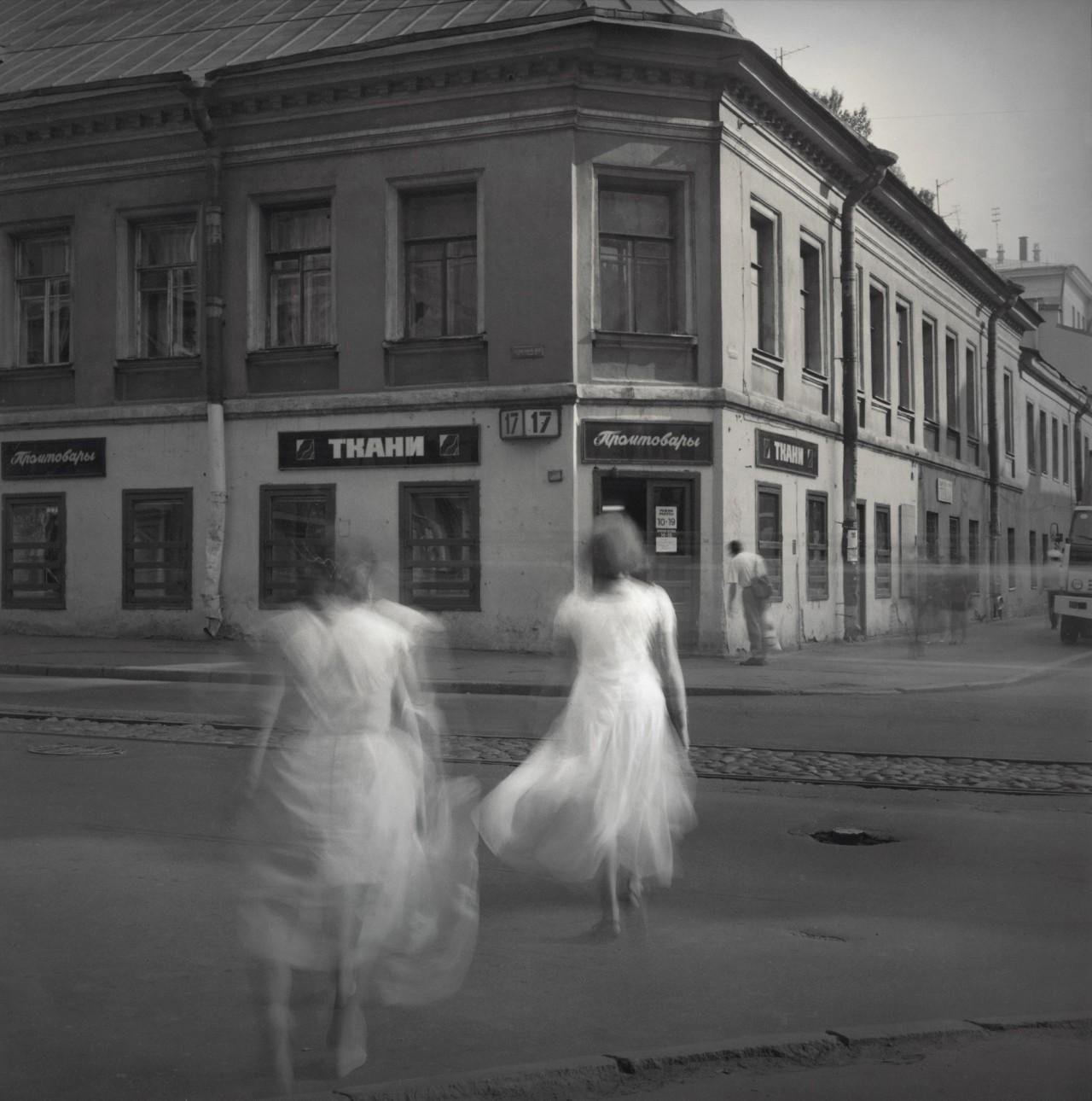Белые платья, 1995. Чёрно-белая магия Санкт-Петербурга.  Фотограф Алексей Титаренко