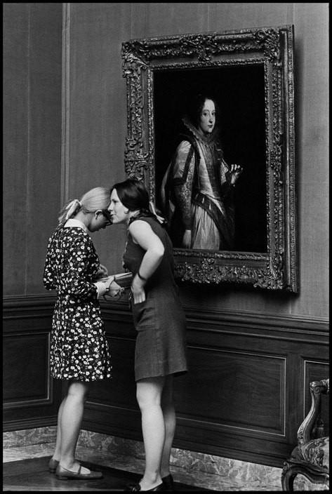 В музее, 1969. Фотограф Эллиотт Эрвитт