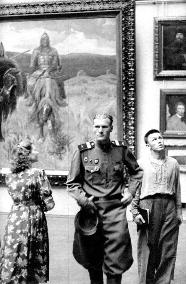 В Третьяковской галерее, 1954. Фотограф Анри Картье-Брессон