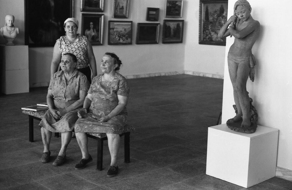 Смотрительницы. Музей изобразительных искусств, Новокузнецк, 1981. Фотограф Владимир Воробьев