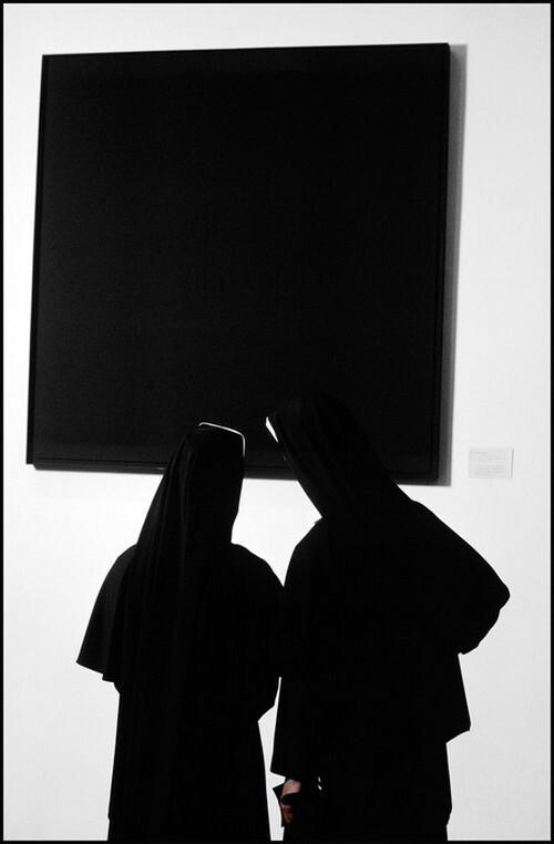 Монахини перед творением художника-авангардиста Эда Рейнхардта на выставке в Музее современного искусства на Манхеттене в Нью-Йорке, 1964. Фотограф Бёрт Глинн