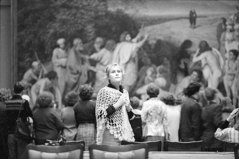 Незнакомка в Третьяковке, 1980-е. Фотограф Александр Стешанов
