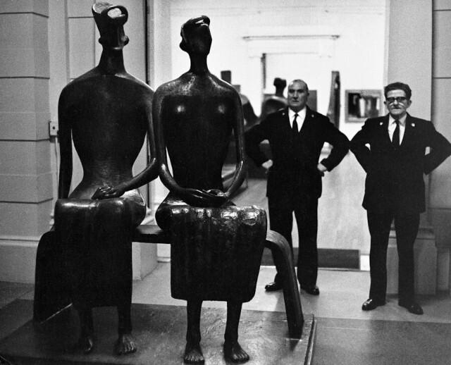 Скульптура Генри Мура и охранники в галерее Тейт. Лондон, 1967. Фотограф Романо Каньони