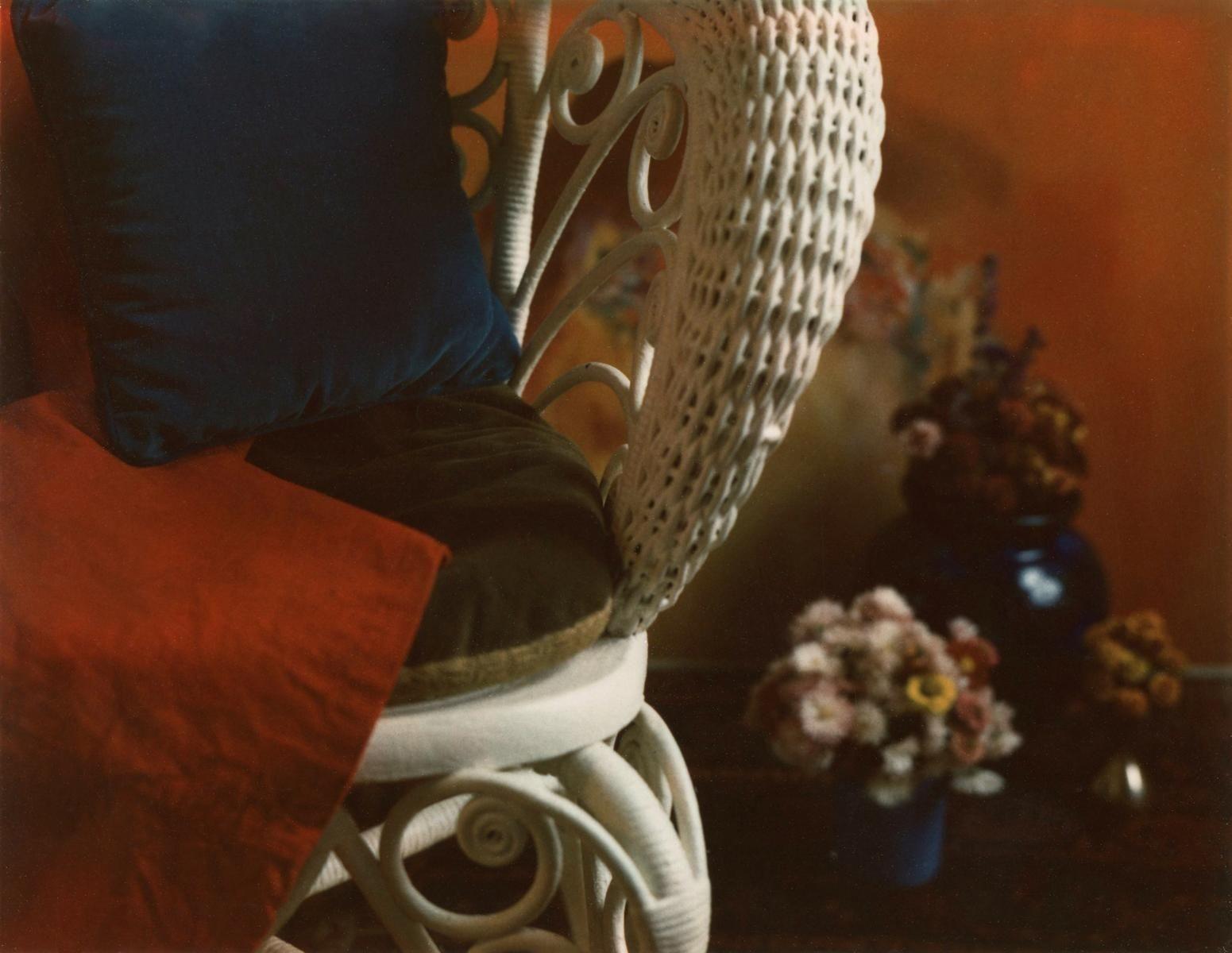Цветочный с плетёным стулом, 1962-1963 год, Polaroid. Фотограф Мари Косиндас