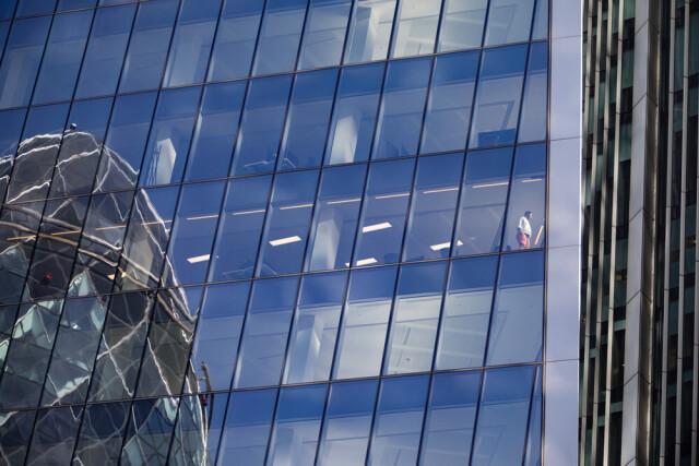 Финалист, 2021. Одинокий рабочий на фоне пустых офисов в небоскрёбе финансового района. Лондонский Сити, 2020. Фотограф Энди Холл