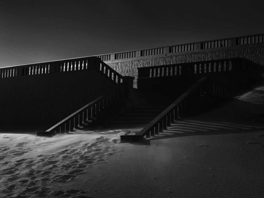 Мягкость песка и строгость архитектуры. Фотограф Николя Полле-Виллар