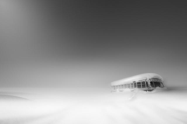 Автобус, брошенный в снегу. Сибецу, Хоккайдо. Фотограф Рой Ивасаки