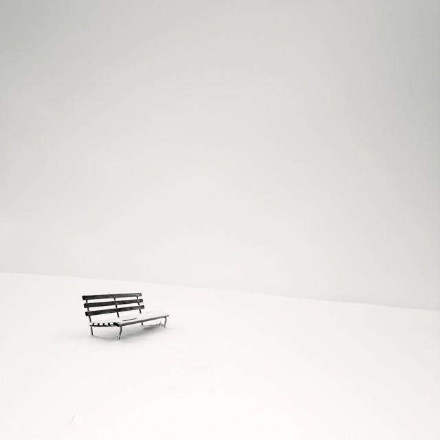 2-е место Black and White Minimalist Photography Prize 2020–2021. Скамейка в снегу. Фотограф Пьер Пеллегрини