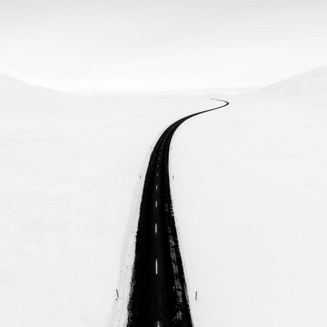 1-е место Black and White Minimalist Photography Prize 2020–2021. Дорога в Исландии. Фотограф Тим Невелл
