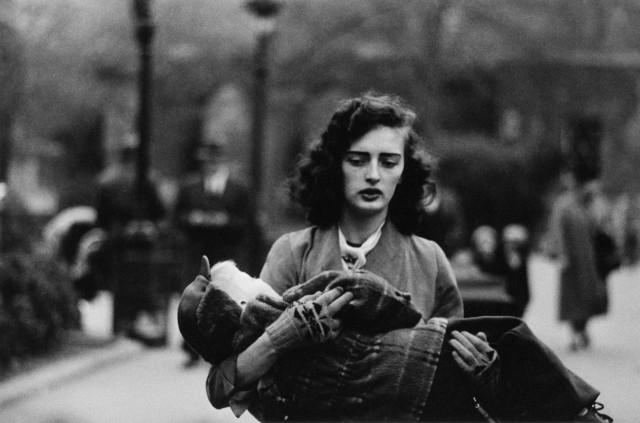 Женщина с ребёнком на руках в Центральном парке, Нью-Йорк, 1956. Фотограф Диана Арбус