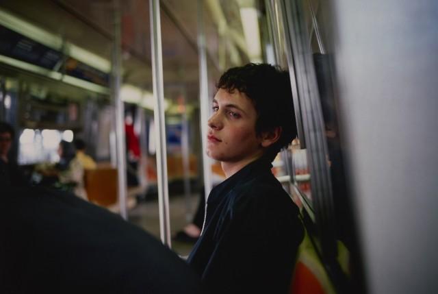 Саймон в метро, Нью-Йорк, 1998. Фотограф Нан Голдин