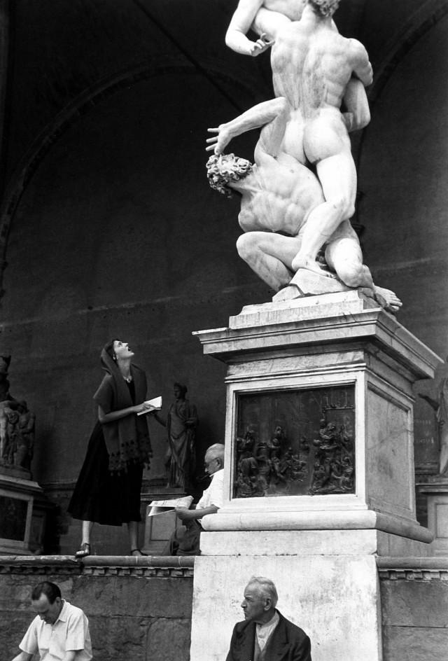 Глазеющая на статую, 1951. Фотограф Рут Оркин