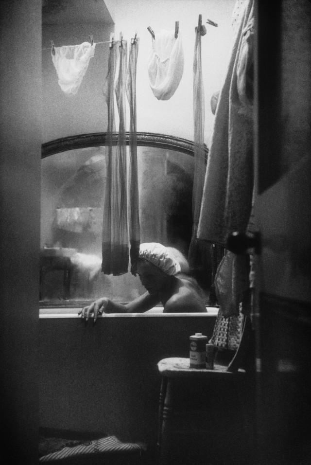 Одна из четырех девушек, живущих в одной квартире в Лондоне, 1961. Фотограф Ева Арнольд
