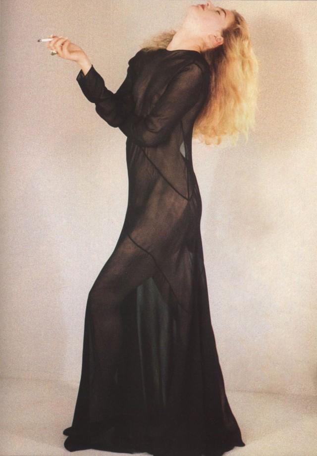 Илэйн Ирвин в платье John Galliano.  Vogue Париж, 1989 год. Фотограф Шейла Мецнер