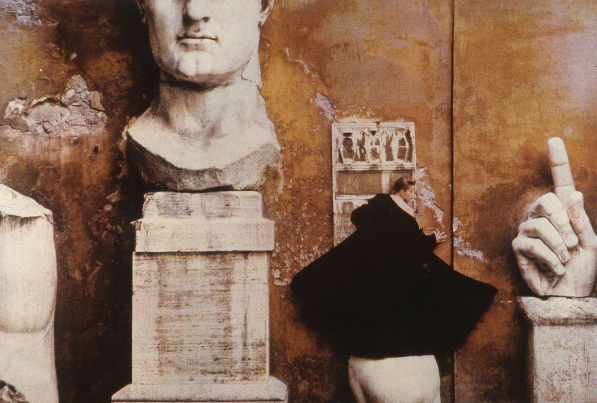 Для Fendi.1989 год. Фотограф Шейла Мецнер