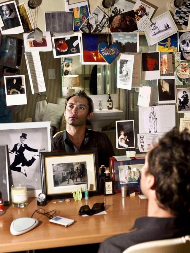 Джуд Лоу смотрит на снимок танцора Фреда Астера перед выходом в роли Гамлета в театре Уиндема. 2009 год. Фотограф Саймон Аннанд