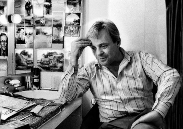 Энтони Хопкинс в Национальном театре. Пьеса «Правда» Дэвида Хэйра и Говарда Брентона. 1986 год. Фотограф Саймон Аннанд