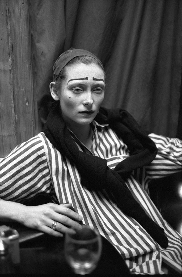 Тильда Суинтон перед спектаклем «Моцарт и Сальери», театр «Альмейда», 1989 год. Фотограф Саймон Аннанд