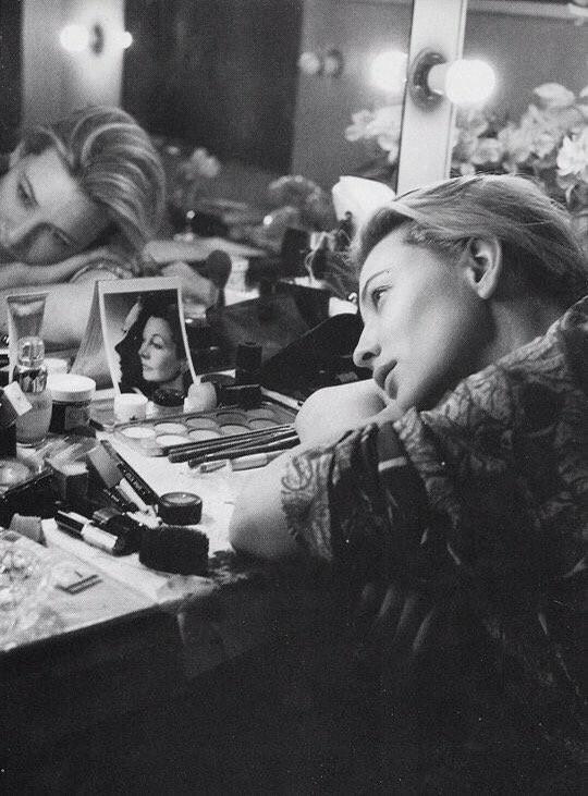 Кейт Бланшетт перед спектаклем смотрит на портрет актрисы Вивьен Ли. Фотограф Саймон Аннанд