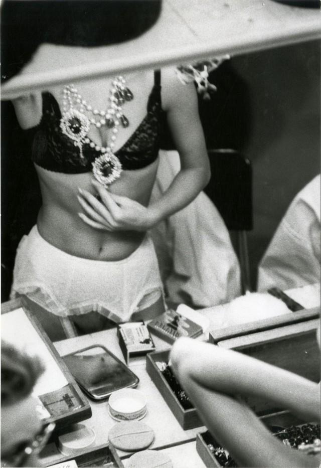 Модель за кулисами готовится к показу Диор. Париж, 1960 год. Фотограф Жан-Филипп Шарбонье