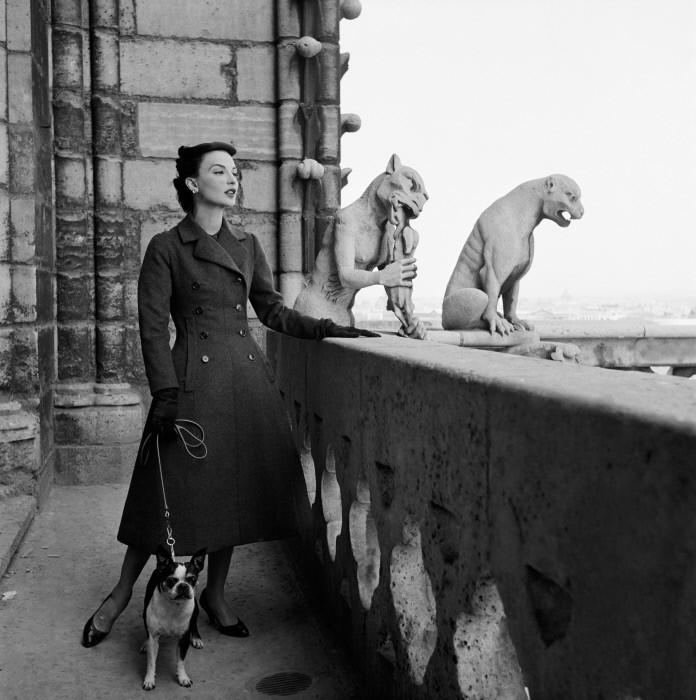 Модель позирует на крыше Нотр-Дам де Пари. 1952 год. Фотограф Жан-Филипп Шарбонье