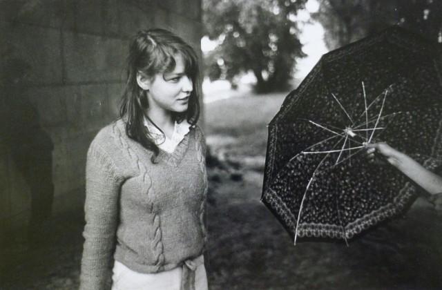 Молодая девушка под Сленско-Домбровским мостом. Польша, 1980 год. Фотограф Жан-Филипп Шарбонье.