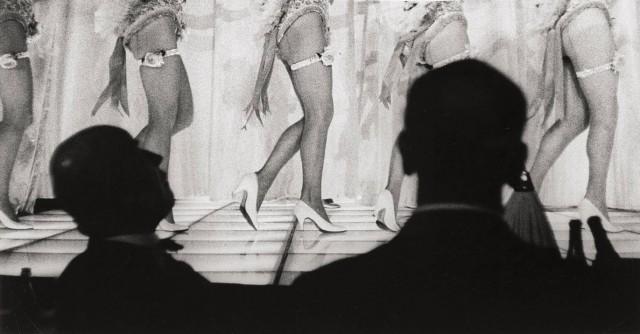 Танцевальное представление в кабаре. Париж, 1960 год. Фотограф Жан-Филипп Шарбонье