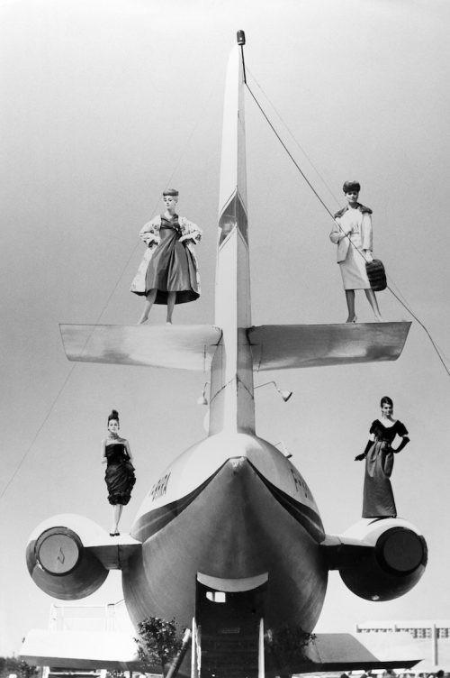Модели в одежде модного Дома Кристиан Диор позируют на самолёте. Париж, 1959 год. Фотограф Жан-Филипп Шарбонье