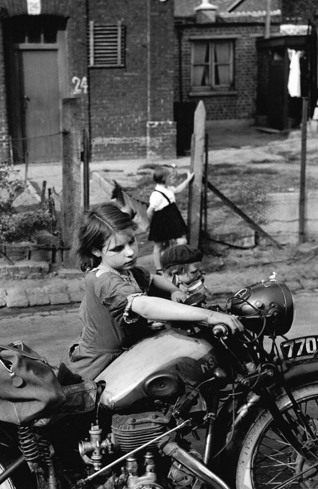 Девочка с мотоциклом, Север Франции, 1954 год. Фотограф Жан-Филипп Шарбонье