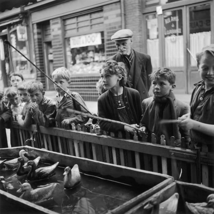 Игра. Марк-ан-Барёль, Франция, 1954 год. Фотограф Жан-Филипп Шарбонье