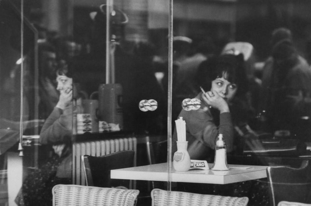 Молодая женщина в кафе. 1960 год. Фотограф Жан-Филипп Шарбонье