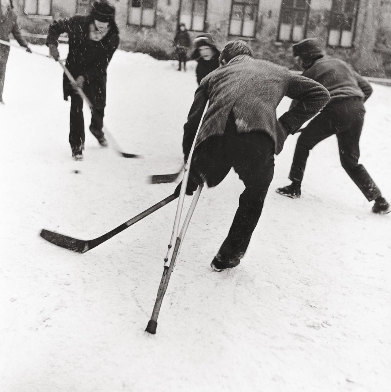 Хоккей во дворе, 1968. Фотограф Витас Луцкус