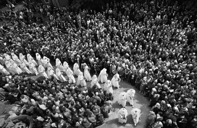 Шествие католиков из серии «Сельские праздники», 1978. Фотограф Ромуальдас Пожерскис