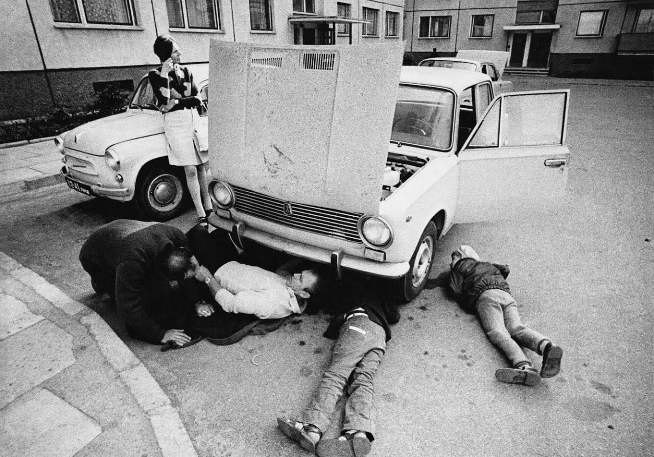 Ремонт автомобиля, Вильнюс, 1975. Фотограф Антанас Суткус