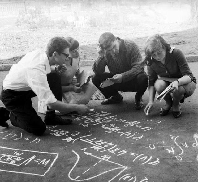 Первокурсники решают сложное уравнение, 1968. Фотограф Марюс Баранаускас