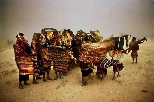 Женщины племени водабе во время песчаной бури в долине Азвак. Нигер, 1996. Фотограф Паскаль Мэтр