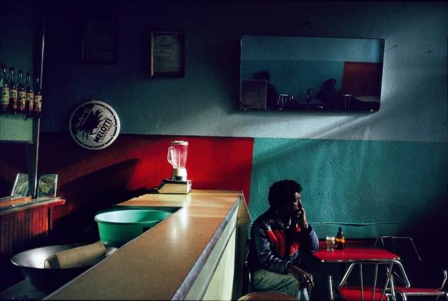 Погруженный в раздумья посетитель бара. Город Асмэра, Эритрея, 1992. Фотограф Паскаль Мэтр